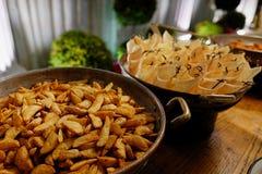 Pommes-Frites und Papierschalen lizenzfreies stockbild