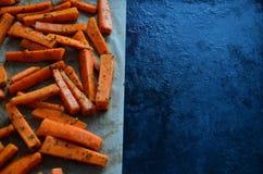 Pommes-Friteskarotten gepasst stockbild
