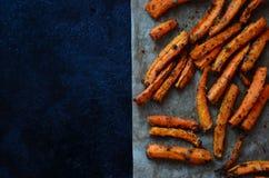 Pommes-Friteskarotten gepasst lizenzfreie stockfotos