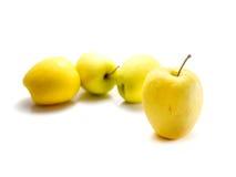 Pommes jaunes d'isolement Photos stock