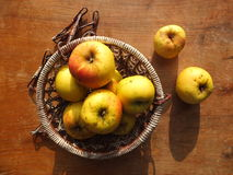 Pommes jaunes dans le panier en osier Image stock