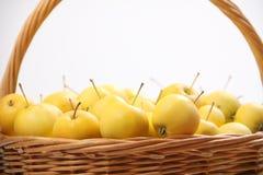 Pommes jaunes dans un panier en osier Photographie stock libre de droits