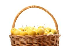 Pommes jaunes dans un panier en osier Image libre de droits