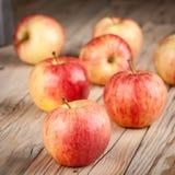 Pommes jaunes rouges mûres sur la table en bois Photo libre de droits