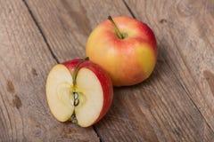 Pommes jaunes rouges sur un fond en bois Photographie stock libre de droits