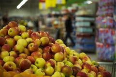 Pommes juteuses fraîches au supermarché image libre de droits