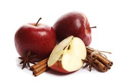 Pommes mûres juteuses avec l'anis de cannelle et d'étoile d'isolement sur le fond blanc photos libres de droits