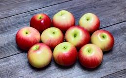 Pommes mûres sur une table en bois Photographie stock