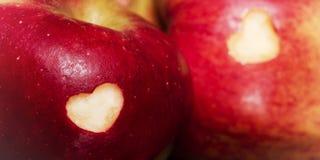 Pommes mûres avec des coeurs sur la table en bois, plan rapproché Consommation saine Image libre de droits