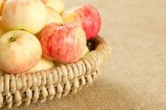 Pommes mûres dans un beau panier en osier Photo stock