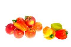 Pommes mûres rouges et poivron doux sur un fond blanc Photo stock