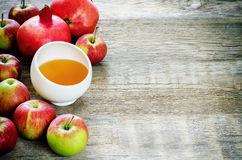 Pommes, miel et grenades, nourriture traditionnelle pour le juif Photographie stock libre de droits