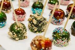 Pommes minuscules de caramel comme casse-croûte de dessert à l'événement d'entreprise Photo libre de droits