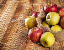 Pommes moissonnées fraîches sur le bois image stock