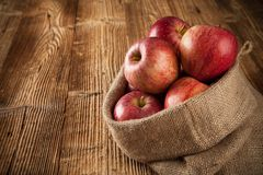 Pommes moissonnées fraîches sur le bois images libres de droits
