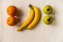 Pommes, oranges et bananes fraîches sur le blanc Photo libre de droits