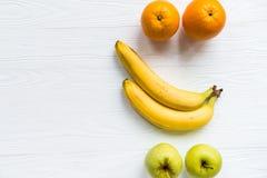 Pommes, oranges et bananes fraîches sur le blanc photos libres de droits