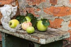 Pommes organiques dans la caisse Frais en nature Image stock