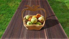 Pommes organiques dans le panier dans l'herbe d'été Pommes fraîches en nature Photos libres de droits