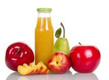 Pommes, poires et butilka avec du jus d'isolement sur le blanc Photographie stock libre de droits