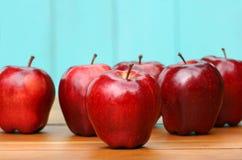 Pommes red delicious sur le vieux bureau Photographie stock libre de droits