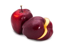 1 1/2 pommes rouge foncé Images libres de droits