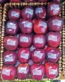 Pommes rouges américaines avec le drapeau des Etats-Unis Photographie stock libre de droits