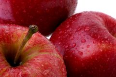 Pommes rouges avec des baisses de l'eau Photos libres de droits
