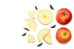 pommes rouges avec des tranches d'isolement sur le fond blanc Vue supérieure Photo stock