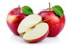 Pommes rouges avec la feuille et la demi section d'isolement Photos stock
