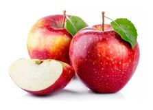 Pommes rouges avec la feuille et la tranche d'isolement sur un blanc Photographie stock