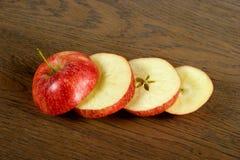 Pommes rouges coupées en tranches Photo stock