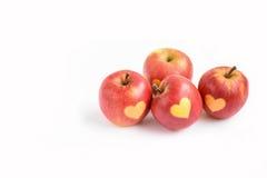 Pommes rouges d'isolement avec la forme du coeur sur un fond blanc Photo stock