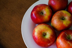 Pommes rouges d'un plat blanc Image libre de droits