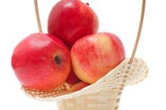 Pommes rouges dans le panier Photo libre de droits