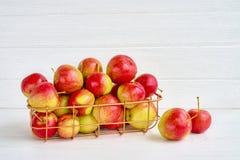 Pommes rouges dans le panier sur le fond en bois blanc Copiez l'espace photos stock