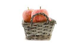 Pommes rouges dans un panier Photos libres de droits
