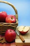 Pommes rouges dans un panier Images stock
