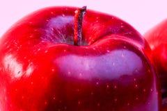 Pommes rouges Delicious sur l'éclairage rouge Photos stock