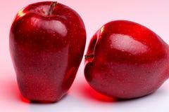 Pommes rouges Delicious sur l'éclairage rouge Photos libres de droits