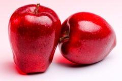 Pommes rouges Delicious sur l'éclairage rouge Images libres de droits