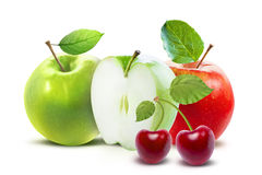 Pommes rouges et cerise vertes d'isolement avec le chemin de coupure Photographie stock