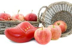 Pommes rouges et chaussure en bois Image libre de droits