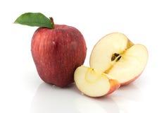 Pommes rouges et moitié de pomme Photo libre de droits