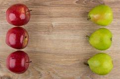 Pommes rouges et poires vertes de côté gauche et droit Photographie stock libre de droits
