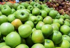 Pommes rouges et vertes au marché d'agriculteurs Image stock