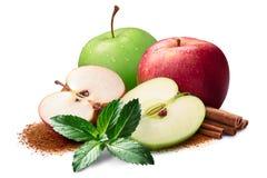 Pommes rouges et vertes avec de la cannelle et la menthe, chemins Image libre de droits