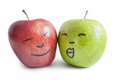 Pommes rouges et vertes avec le visage au-dessus du fond blanc Images libres de droits