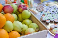 Pommes rouges et vertes dans la boîte Photo stock