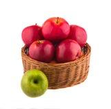 Pommes rouges et vertes dans un panier en bois Photographie stock